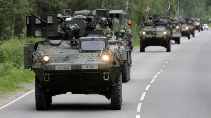 آليات مدرعة أميركية في لاتفيا