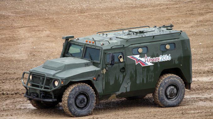 """عربة مدرعة روسية الصنع من طراز """"تايجر"""""""