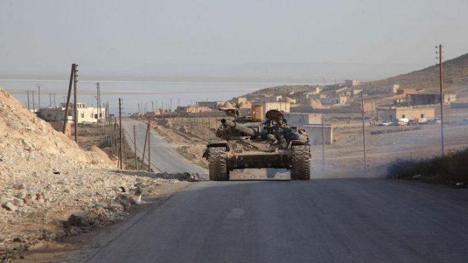 دبابة تابعة للنظام السوري على طريق خناصر طريق الإمداد الرئيس لحلب