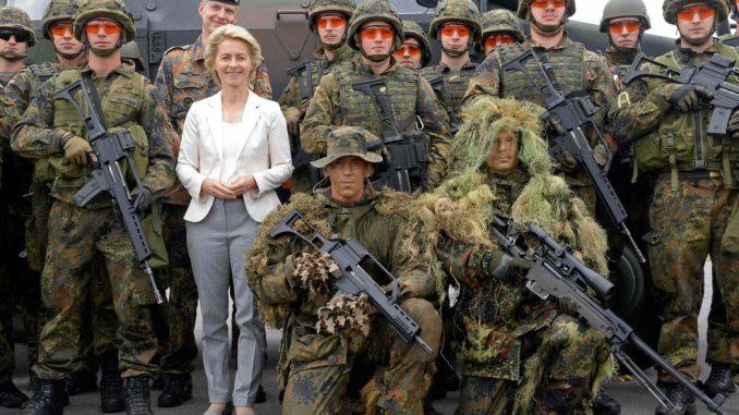 وزيرة الدفاع الألمانية مع الجنود