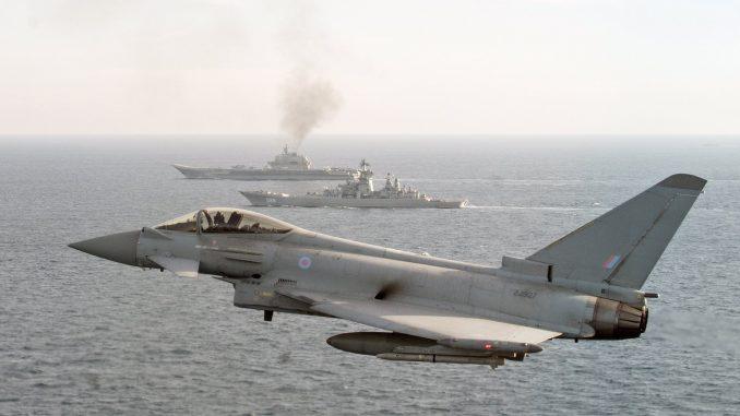 مقاتلة تايفون بريطانية تراقب السفن الروسية