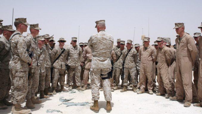 وزير الدفاع الأميركي جيمس ماتيس مع جنود أميركيين (صورة أرشيفية)