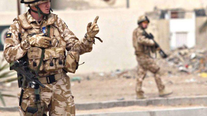 جنديان بريطانيان