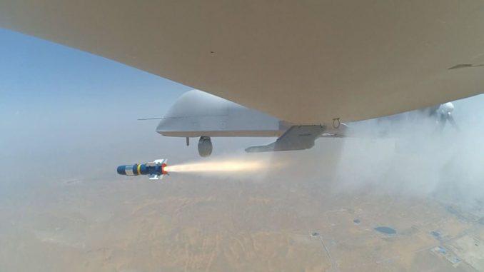 طائرة CH-4 من دون طيار تطلق صاروخ