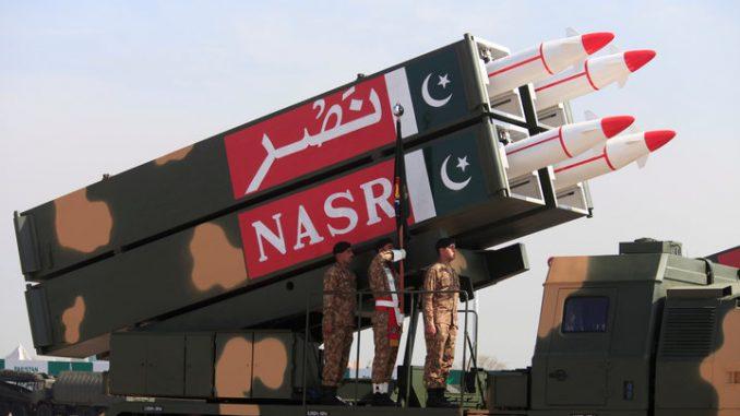 """صواريخ """"نصر"""" الباكستانية خلال عرض في إسلام أباد في آذار/مارس 2017 (رويترز)"""