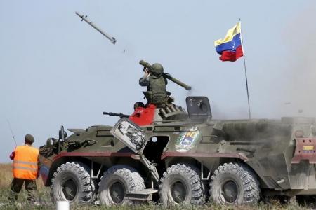 جندي فنزويلي يطلق صاروخ مضاد للطائرات