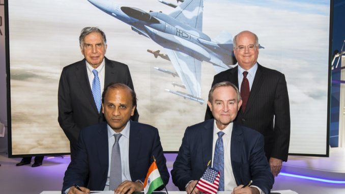 لقطة من توقيع العقد خلال معرض باريس للطيران