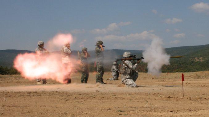جنود يتدرّبون على سلاح RPG-7