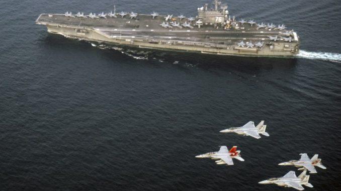 مقاتلات يابانية تحلّق فوق حاملة طائرات أميركية (AFP)