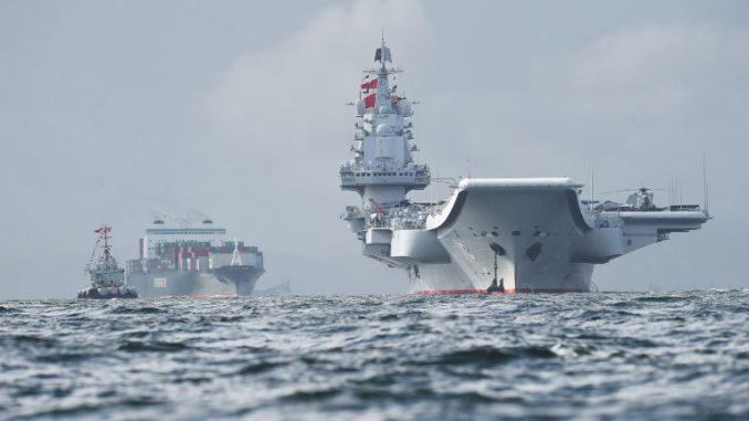 حاملة الطائرات الصينية لياونينغ في هونغ كونغ (AFP)