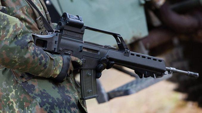 جندي يحمل سلاح رشاش