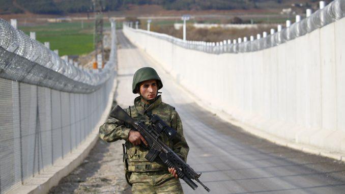 جندي تركي على طول جدار على خط الحدود بين تركيا وسوريا