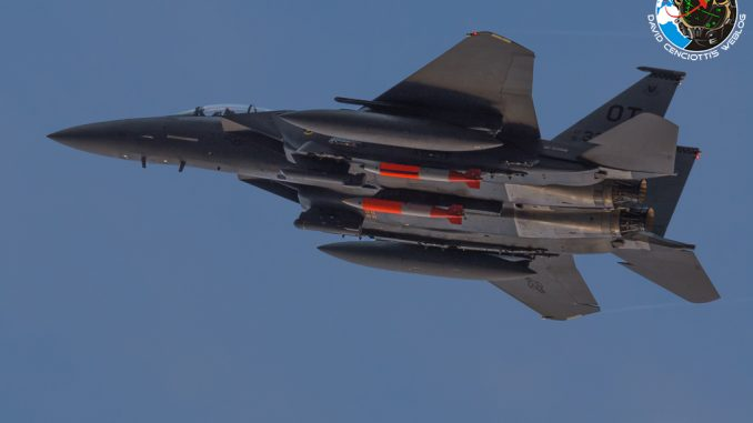مقاتلة F-15E مزوّدة بقنابل بي61-12 النووية