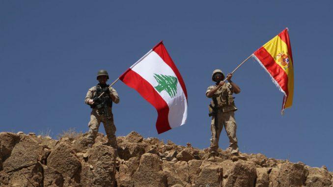 جنود لبنانيون يرفعون علم اسبانيا على تلة استعادوها من تنظيم الدولة الإسلامية تكريماً لضحاياً اعتداءي برشلونة وكامبريلس.