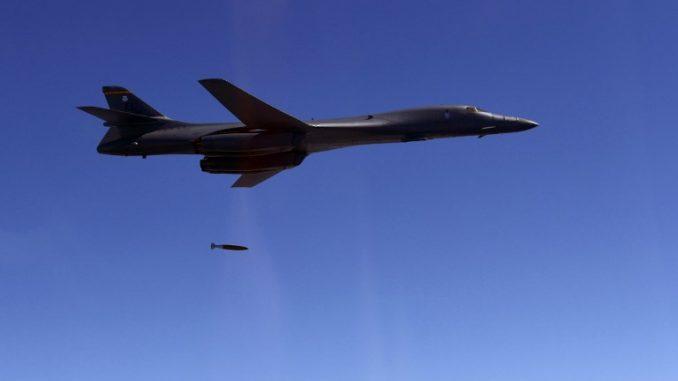قاذفة بي-1بي لانسر خلال المناورات (AFP)