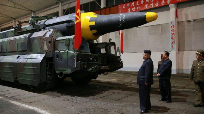 الرئيس الكوري الشمالي يتفقّد صاروخ Hwasong-12