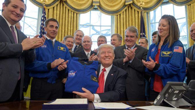 الرئيس ترامب مع خبراء من الناسا
