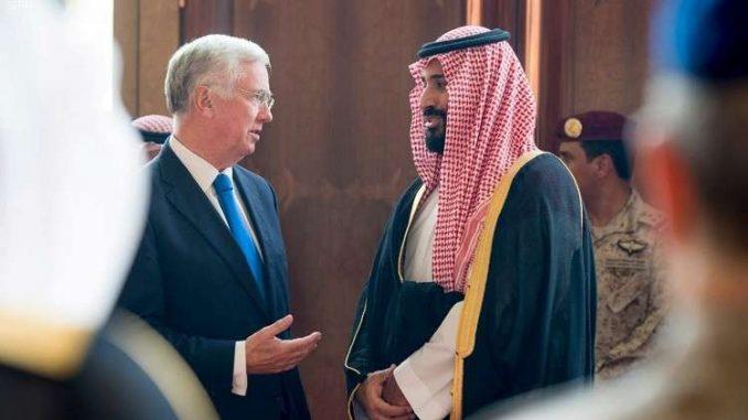 وزير الدفاع البريطاني مايكل فالون وولي العهد السعودي الأمير محمد بن سلمان