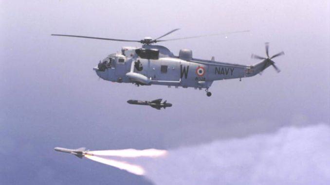 """مروحية """"سي كينغ"""" تابعة للبحرية الباكستانية تطلق صواريخ"""