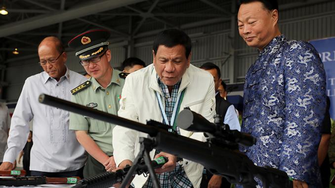 الرئيس الفلبيني يتفقّد بندقية قنص