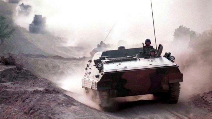 عنصر من جيش التحرير الشعبي الصيني على طريق بالقرب من مدينة شنيانغ الشمالية الشرقية خلال مناورات عسكرية في 31 يوليو 1999 (AFP)