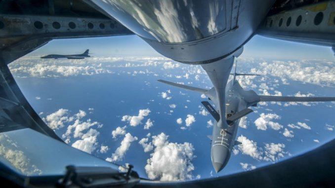 قاذفة بي-1 بي لانسر تابعة لسلاح الجو الأميركي تتزوّد بالوقود من طائرة KC-135 Stratotanker بالقرب من بحر الصين الشرقي، في 18 سبتمبر 2017 (AFP)