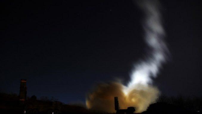 """كوريا الجنوبية تطلق صاروخ """"هيونمو -2"""" على البحر الشرقي من موقع لم يكشف عنه على الساحل الشرقى لكوريا الجنوبية خلال عملية صاروخية تهدف إلى مواجهة اختبار الصواريخ في كوريا الشمالية وذلك في 29 تشرين الثاني/نوفمبر 2017 (AFP)"""