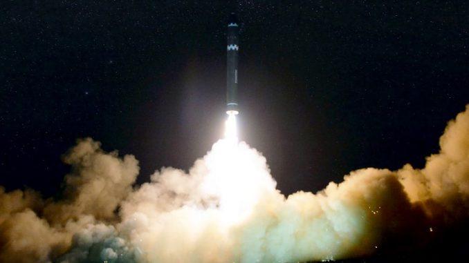 """لقطة لعملية إطلاق صاروخ """"هواسونغ-15"""" في 29 تشرين الثاني/نوفمبر 2017 نشرتها وكالة الأنباء المركزية الكورية الشمالية الرسمية (AFP)"""