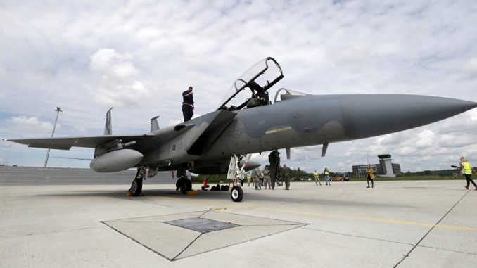 متخصص يتفقّد مقاتلة أف-15 النسر تابعة لسلاح الجو الأميركي في قاعدة جوية أميركية