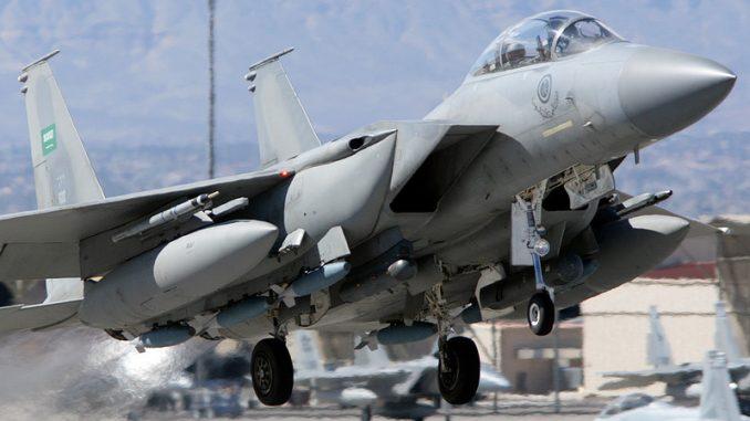 """مقاتلة أف-15 سعودية تنطلق من قاعدة """"نيليس"""" الجوية الأميركية خلال إحدى تمارين """"العلم الأحمر"""" (صورة أرشيفية)"""