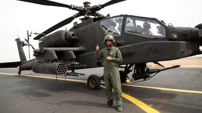 فرد من القوات البرية الملكية السعودية من الكتيبة الأولى، مجموعة الطيران الثالثة، إلى جانب مروحية أباتشي قبل هجوم جوي عملي مع لواء الطيران القتالي 42 أثناء تمرين عسكري في 14 نيسان 2014 بالقرب من تبوك، المملكة العربية السعودية (صورة أرشيفية)