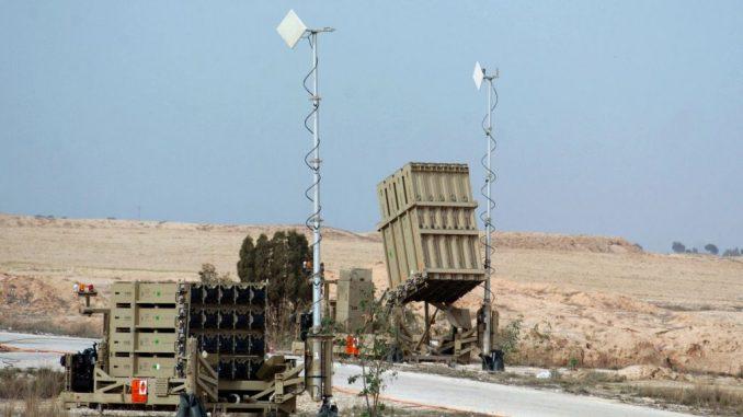 """بطارية نظام الدفاع الصاروخي الإسرائيلي """"القبة الحديدية"""" قرب بلدة بئر السبع جنوب إسرائيل في 26 كانون الأول/ ديسمبر 2013 (Flash90)"""