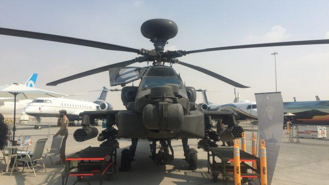 """مروحية """"أباتشي"""" تابعة لسلاح الجو الإماراتي خلال معرض دبي للطيران 2017 (صورة خاصة)"""
