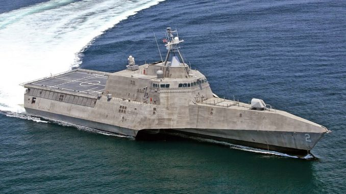 """سفينة القتال الساحلي """"يو أس أس الاستقلال"""" تصل إلى القاعدة الجوية البحرية """"كاي ويست"""" في 29 آذار/مارس 2010 (البحرية الأميركية)"""