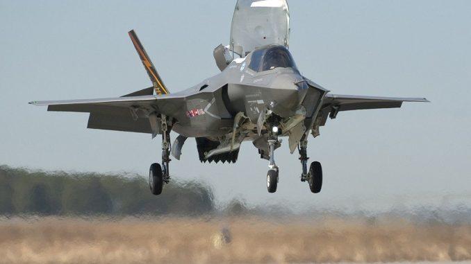 """مقاتلة شبح """"أف-35"""" أميركية تجري الإقلاع والهبوط التقليدي (Jeff Head)"""