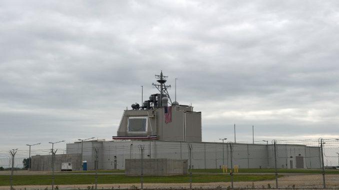 """المحطة المضادة للصواريخ الأميركية """"أيجيس آشور"""" في قاعدة ديفيسلو العسكرية في رومانيا يوم 12 أيار/مايو عام 2016 (DANIEL MIHAILESCU / AFP)"""