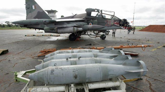 """إحدى مقاتلتي """"سوخو-25"""" الإثنتين التي تم """"تحييدها"""" (Neutralized) من قبل القوات االفرنسية رداً على مقتل تسعة جنود فرنسيين خلال قصف بواكيه الذي يسيطر عليه المتمردون، على مدرج مطار ياموسوكرو في 14 نوفمبر/تشرين الثاني 2004 (AFP PHOTO PASCAL GUYOT)"""