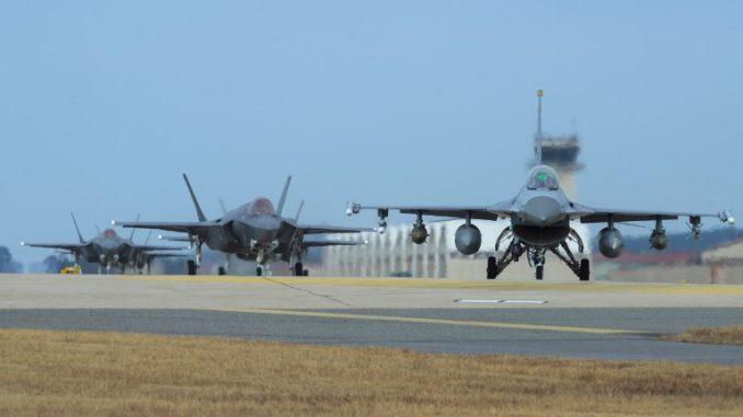 """مقاتلتا """"أف-16 فايتينغ فالكون"""" و""""أف-35 أيه لايتنينغ 2"""" تابعتان لسلاح الجو الأميركي في قاعدة كونسان الجوية في مدينة غنزان الساحلية الجنوبية الغربية (AFP)"""
