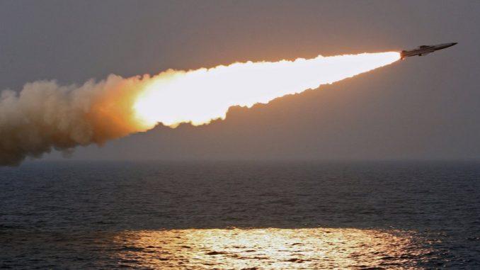 صورة غير مؤرخة لتجربة إطلاق صاروخ روسي من البحر (وكالة سبوتنيك-صورة أرشيفية)