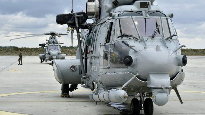 """صورة لمروحية """"كاراكال"""" تابعة للجيش الفرنسي التُقطت في 24 شباط 2016 قبل عملية تزوّد بالوقود في قاعدة كازو الجوية الفرنسية"""