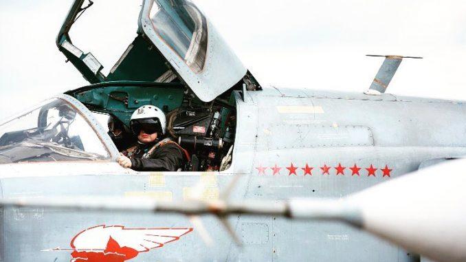 طيّار روسي يجلس في قمرة القيادة لقاذفة سوخوي-24 الروسية قبل الإقلاع من قاعدة حميميم العسكرية في محافظة اللاذقية، وهي خطوة من الإنسحاب الجزئي للقوات الروسية من سوريا (AFP)