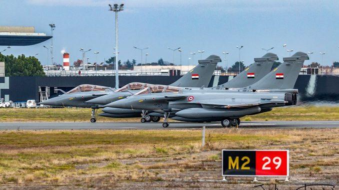 """مقاتلات رافال المصرية في منشأة الطيران التابعة لشركة """"داسو"""" الفرنسية بمطار """"باردو ميرينياك"""" الواقع غربي فرنسا"""