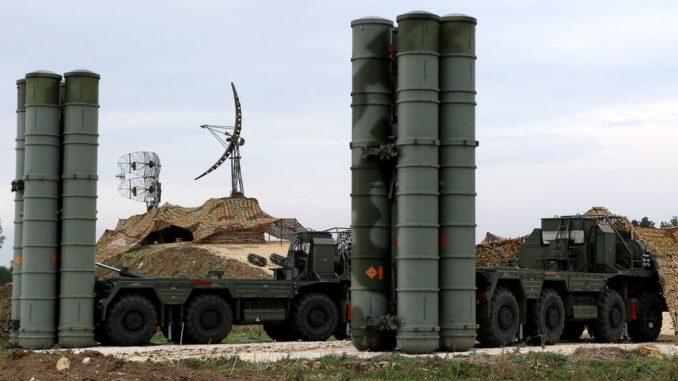 منظومة صواريخ أس-400 منشورة في قاعدة حميميم في سوريا (AFP)