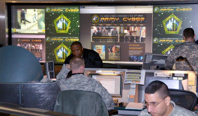 عناصر من القيادة السيبرانية التابعة للجيش الأميركي في مركز عمليات القيادة في فورت بلفوير، فرجينيا (روبرت بيلز)