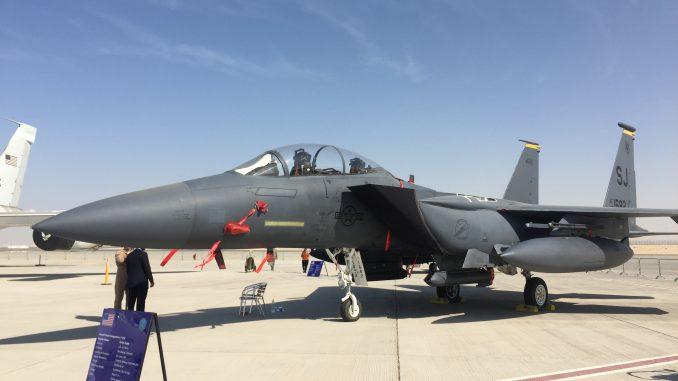 """مقاتلة """"أف-15 إيغل"""" تابعة لسلاح الجو الأميركي خلال معرض دبي للطيران 2017 (الأمن والدفاع العربي)"""