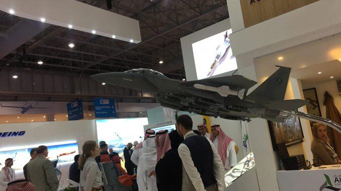 """نموذج عن مقاتلة """"أف-15"""" السعودية خلال فعاليات معرض دبي للطيران 2017 (شيرين مشنتف/الأمن والدفاع العربي)"""