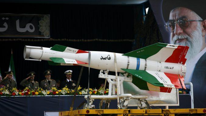 """صاروخ أرض-أرض إيراني من نوع """"قاصد"""" خلال العرض العسكري ليوم الجيش السنوي في 17 أبريل/نيسان 2008 في طهران، إيران (Majid/Getty Images)"""