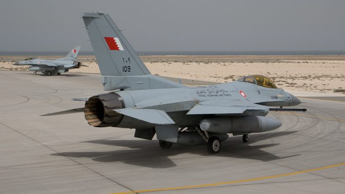 """مقاتلة """"أف-16"""" تابعة لسلاح الجو البحريني تتحضر للإقلاع من قاعدة الشيخ عيسى الجوية (صورة أرشيفية)"""