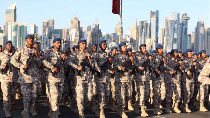 لقطة من العرض العسكري القطري (الخليج أونلاين)