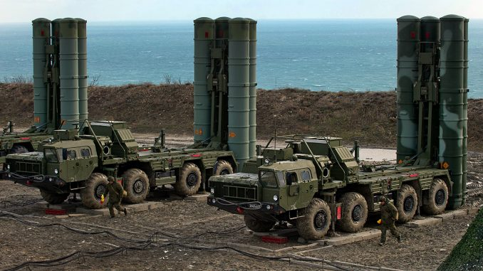 """منظومات الصواريخ """"أس-400 تريومف"""" في فوج الدفاع الجوي في فيودوسيا في كانون الثاني/يناير 2017 (سيرجي مالغافكو/ريا نوفوستي)"""